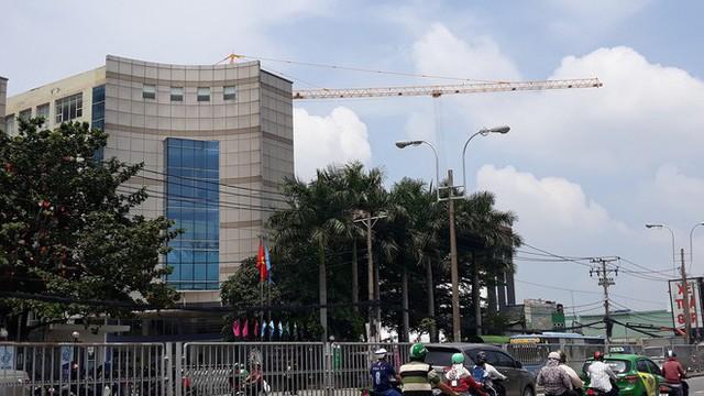 Cận cảnh những cần cẩu công trình dài hàng chục mét treo lơ lửng trên đầu người đi đường ở Sài Gòn - Ảnh 9.