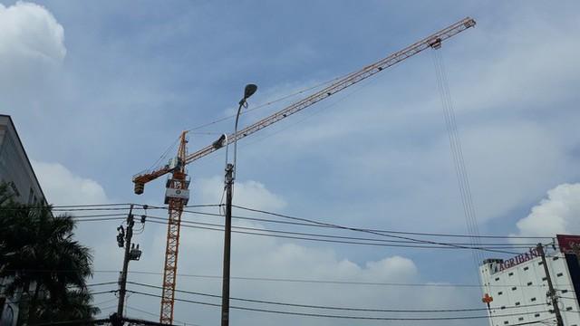 Cận cảnh những cần cẩu công trình dài hàng chục mét treo lơ lửng trên đầu người đi đường ở Sài Gòn - Ảnh 10.