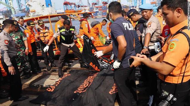 Đội cứu hộ Indonesia mang 24 túi đựng thi thể nạn nhân vụ máy bay Lion Air rơi về nơi nhận dạng - Ảnh 1.