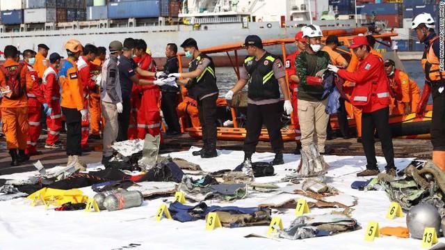 Đội cứu hộ Indonesia mang 24 túi đựng thi thể nạn nhân vụ máy bay Lion Air rơi về nơi nhận dạng - Ảnh 4.