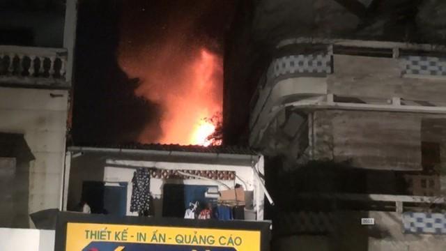 Quán bar ở TP HCM bốc cháy dữ dội lúc rạng sáng  - Ảnh 2.