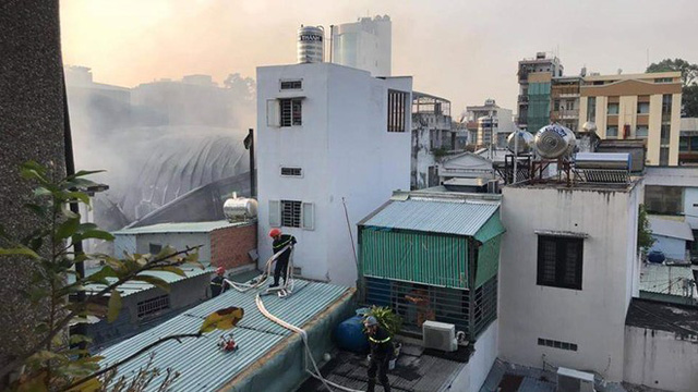 Quán bar ở TP HCM bốc cháy dữ dội lúc rạng sáng  - Ảnh 12.