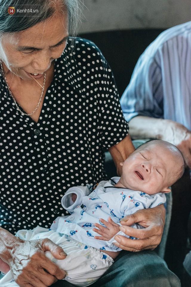 Cuộc sống của 2 đứa trẻ mất bố mẹ sau vụ cháy lớn ở Đê La Thành: Con chỉ biết pha sữa chứ không dám bế em, sợ em ngã - Ảnh 10.