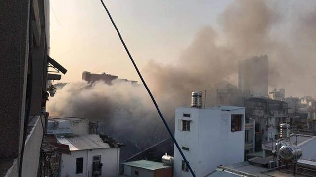 Quán bar ở TP HCM bốc cháy dữ dội lúc rạng sáng  - Ảnh 13.