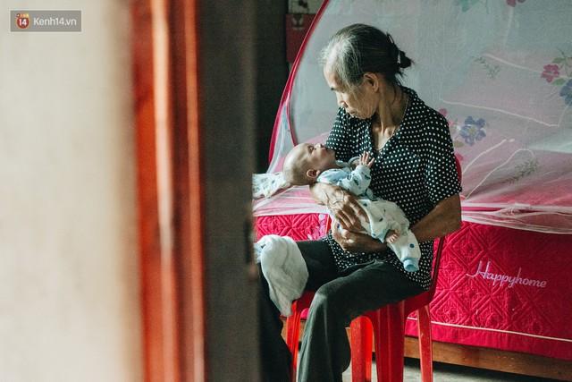 Cuộc sống của 2 đứa trẻ mất bố mẹ sau vụ cháy lớn ở Đê La Thành: Con chỉ biết pha sữa chứ không dám bế em, sợ em ngã - Ảnh 13.