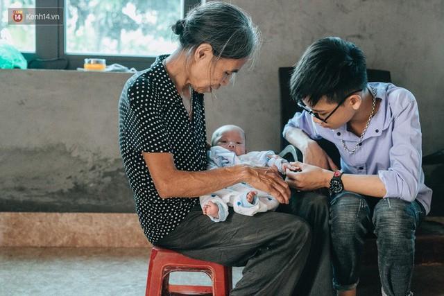 Cuộc sống của 2 đứa trẻ mất bố mẹ sau vụ cháy lớn ở Đê La Thành: Con chỉ biết pha sữa chứ không dám bế em, sợ em ngã - Ảnh 14.