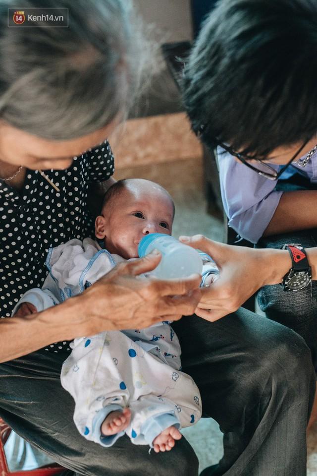 Cuộc sống của 2 đứa trẻ mất bố mẹ sau vụ cháy lớn ở Đê La Thành: Con chỉ biết pha sữa chứ không dám bế em, sợ em ngã - Ảnh 15.