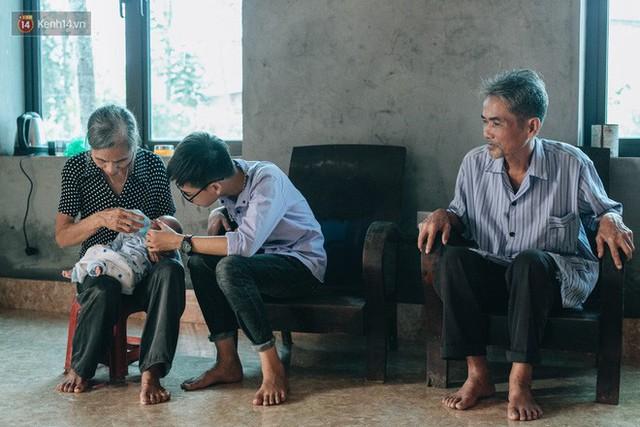 Cuộc sống của 2 đứa trẻ mất bố mẹ sau vụ cháy lớn ở Đê La Thành: Con chỉ biết pha sữa chứ không dám bế em, sợ em ngã - Ảnh 16.