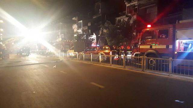 Quán bar ở TP HCM bốc cháy dữ dội lúc rạng sáng  - Ảnh 4.