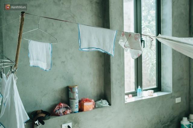 Cuộc sống của 2 đứa trẻ mất bố mẹ sau vụ cháy lớn ở Đê La Thành: Con chỉ biết pha sữa chứ không dám bế em, sợ em ngã - Ảnh 3.