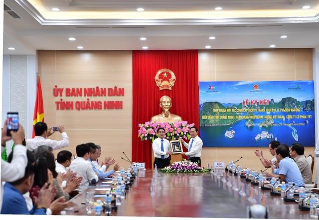 Vietcombank ký kết thỏa thuận hợp tác với UBND tỉnh Quảng Ninh và Tập đoàn FPT cung cấp dịch vụ thanh toán phí, lệ phí dịch vụ công - Ảnh 2.