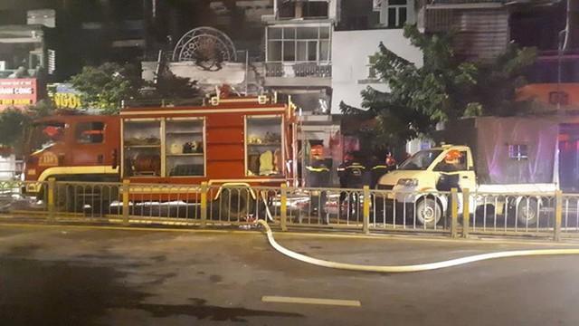 Quán bar ở TP HCM bốc cháy dữ dội lúc rạng sáng  - Ảnh 5.