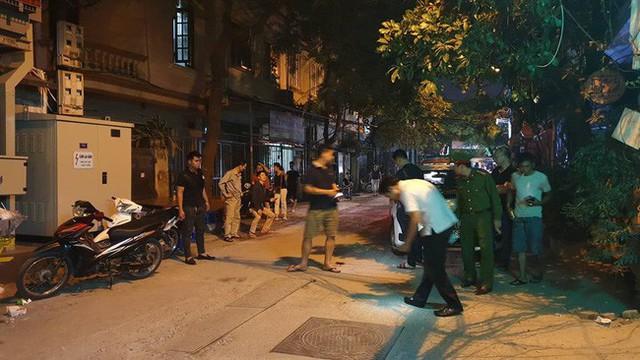 Hà Nội: Người dân kể lại giây phút tài xế Mazda rút súng bắn rồi đánh và lái xe chèn qua nạn nhân - Ảnh 4.