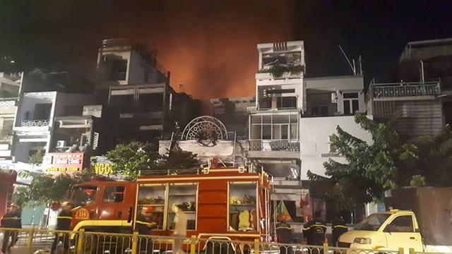 Quán bar ở TP HCM bốc cháy dữ dội lúc rạng sáng  - Ảnh 6.