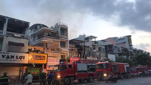 Quán bar ở TP HCM bốc cháy dữ dội lúc rạng sáng  - Ảnh 8.