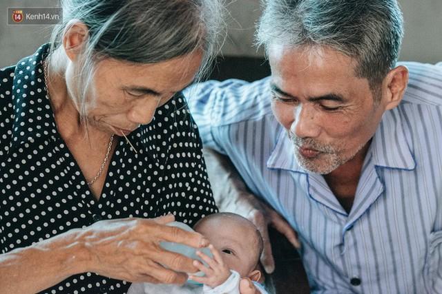 Cuộc sống của 2 đứa trẻ mất bố mẹ sau vụ cháy lớn ở Đê La Thành: Con chỉ biết pha sữa chứ không dám bế em, sợ em ngã - Ảnh 6.