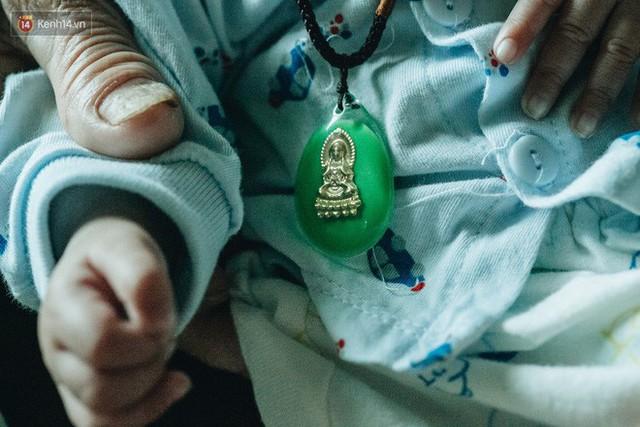 Cuộc sống của 2 đứa trẻ mất bố mẹ sau vụ cháy lớn ở Đê La Thành: Con chỉ biết pha sữa chứ không dám bế em, sợ em ngã - Ảnh 7.