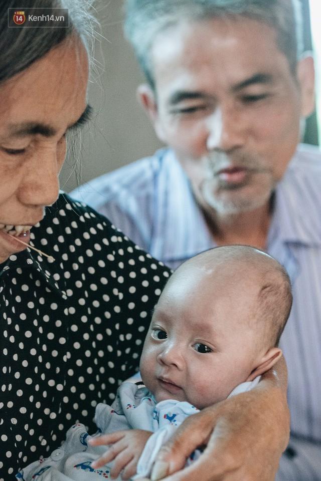 Cuộc sống của 2 đứa trẻ mất bố mẹ sau vụ cháy lớn ở Đê La Thành: Con chỉ biết pha sữa chứ không dám bế em, sợ em ngã - Ảnh 9.
