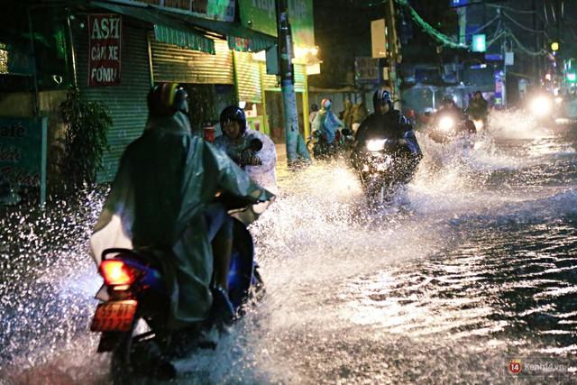 Học sinh, dân công sở khốn khổ vì nước ngập lút bánh xe trong cơn mưa kéo dài đến đêm ở Sài Gòn - Ảnh 3.