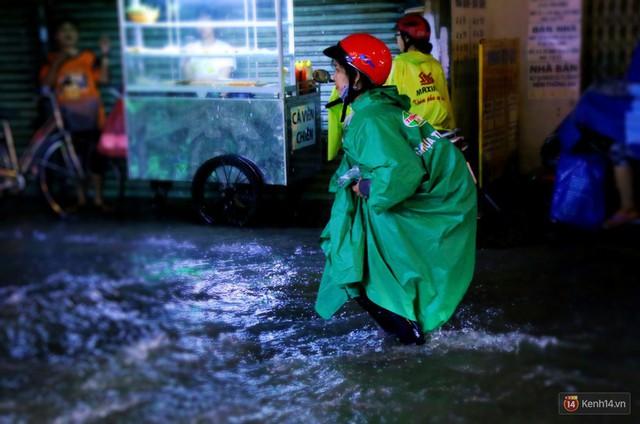 Học sinh, dân công sở khốn khổ vì nước ngập lút bánh xe trong cơn mưa kéo dài đến đêm ở Sài Gòn - Ảnh 12.