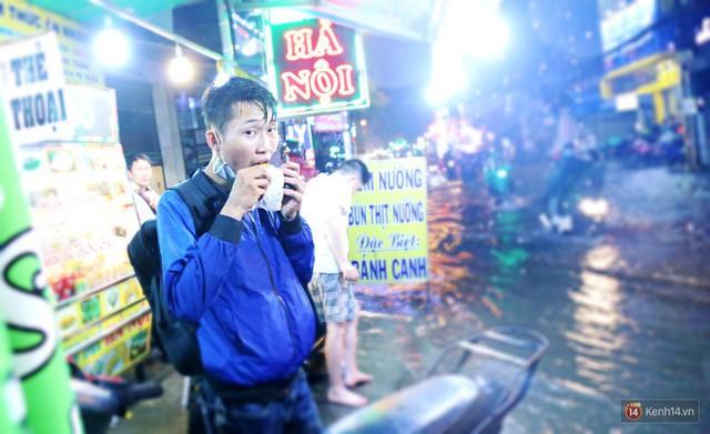 Học sinh, dân công sở khốn khổ vì nước ngập lút bánh xe trong cơn mưa kéo dài đến đêm ở Sài Gòn - Ảnh 14.