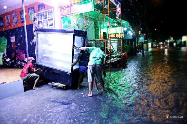 Học sinh, dân công sở khốn khổ vì nước ngập lút bánh xe trong cơn mưa kéo dài đến đêm ở Sài Gòn - Ảnh 15.