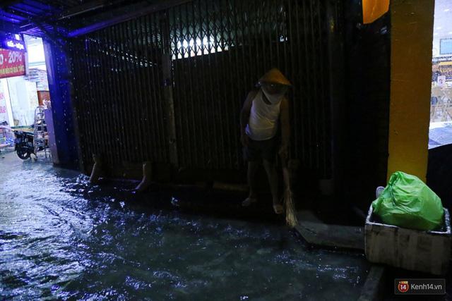 Học sinh, dân công sở khốn khổ vì nước ngập lút bánh xe trong cơn mưa kéo dài đến đêm ở Sài Gòn - Ảnh 16.
