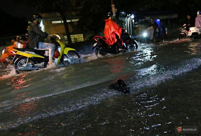 Học sinh, dân công sở khốn khổ vì nước ngập lút bánh xe trong cơn mưa kéo dài đến đêm ở Sài Gòn - Ảnh 17.