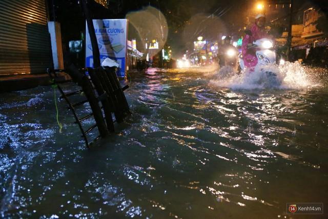 Học sinh, dân công sở khốn khổ vì nước ngập lút bánh xe trong cơn mưa kéo dài đến đêm ở Sài Gòn - Ảnh 18.