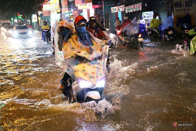 Học sinh, dân công sở khốn khổ vì nước ngập lút bánh xe trong cơn mưa kéo dài đến đêm ở Sài Gòn - Ảnh 6.