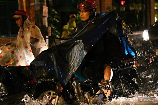 Học sinh, dân công sở khốn khổ vì nước ngập lút bánh xe trong cơn mưa kéo dài đến đêm ở Sài Gòn - Ảnh 7.