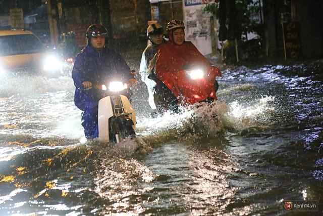 Học sinh, dân công sở khốn khổ vì nước ngập lút bánh xe trong cơn mưa kéo dài đến đêm ở Sài Gòn - Ảnh 9.