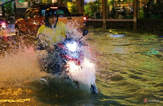 Học sinh, dân công sở khốn khổ vì nước ngập lút bánh xe trong cơn mưa kéo dài đến đêm ở Sài Gòn - Ảnh 10.