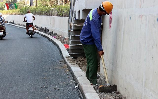 Toàn cảnh cầu vượt hơn 300 tỷ đồng ở Hà Nội sắp khánh thành - Ảnh 9.