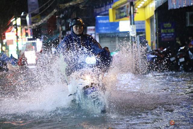 Học sinh, dân công sở khốn khổ vì nước ngập lút bánh xe trong cơn mưa kéo dài đến đêm ở Sài Gòn - Ảnh 11.
