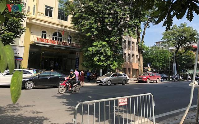 Ảnh: Nhiều trụ sở cơ quan Nhà nước quan trọng ở Hà Nội bị ô tô quây kín - Ảnh 1.