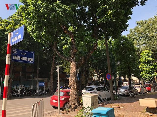 Ảnh: Nhiều trụ sở cơ quan Nhà nước quan trọng ở Hà Nội bị ô tô quây kín - Ảnh 2.