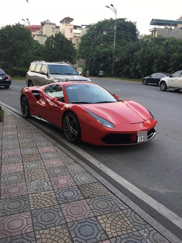 Hình ảnh siêu xe đắt đỏ bị xích bánh giữa phố gây chú ý trên mạng xã hội - Ảnh 1.