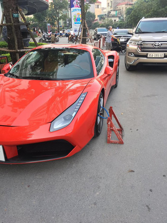 Hình ảnh siêu xe đắt đỏ bị xích bánh giữa phố gây chú ý trên mạng xã hội - Ảnh 2.
