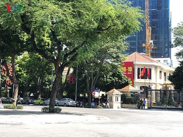 Ảnh: Nhiều trụ sở cơ quan Nhà nước quan trọng ở Hà Nội bị ô tô quây kín - Ảnh 12.