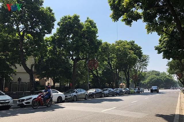 Ảnh: Nhiều trụ sở cơ quan Nhà nước quan trọng ở Hà Nội bị ô tô quây kín - Ảnh 13.