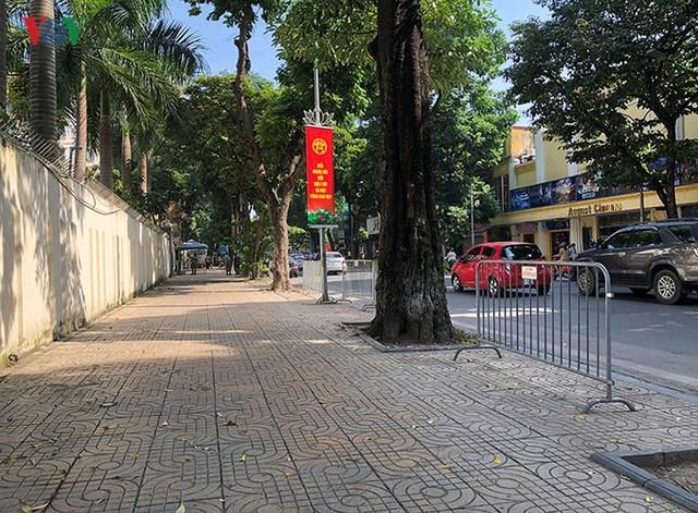 Ảnh: Nhiều trụ sở cơ quan Nhà nước quan trọng ở Hà Nội bị ô tô quây kín - Ảnh 15.