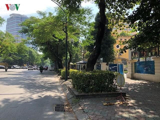 Ảnh: Nhiều trụ sở cơ quan Nhà nước quan trọng ở Hà Nội bị ô tô quây kín - Ảnh 16.