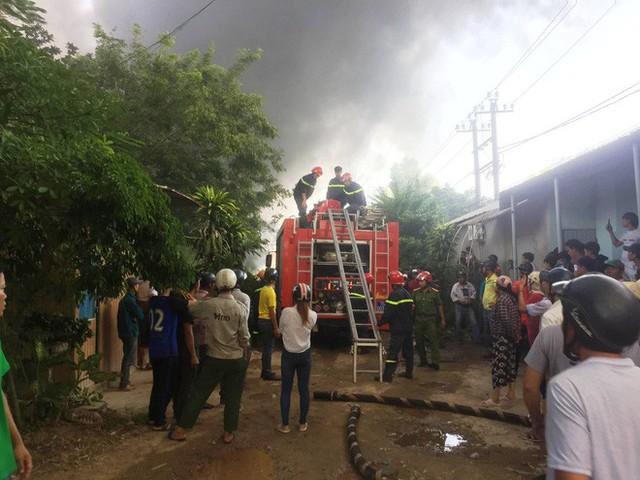 Hàng trăm cảnh sát PCCC đang chiến đấu với bà hỏa cứu xưởng sản xuất mây tre đan - Ảnh 4.