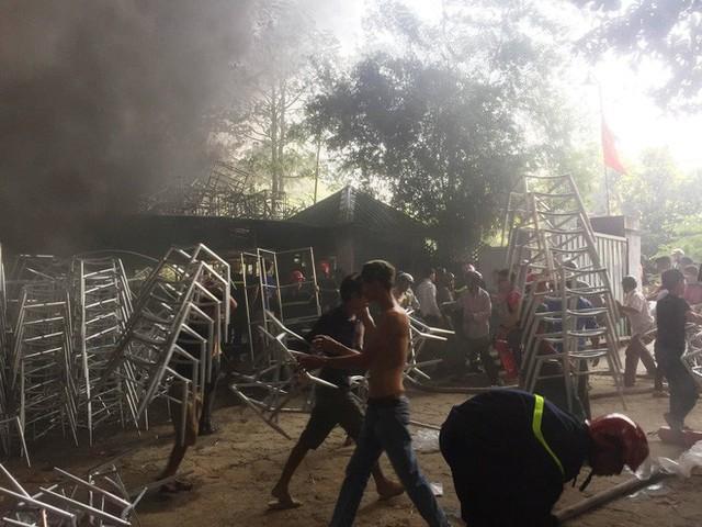 Hàng trăm cảnh sát PCCC đang chiến đấu với bà hỏa cứu xưởng sản xuất mây tre đan - Ảnh 5.