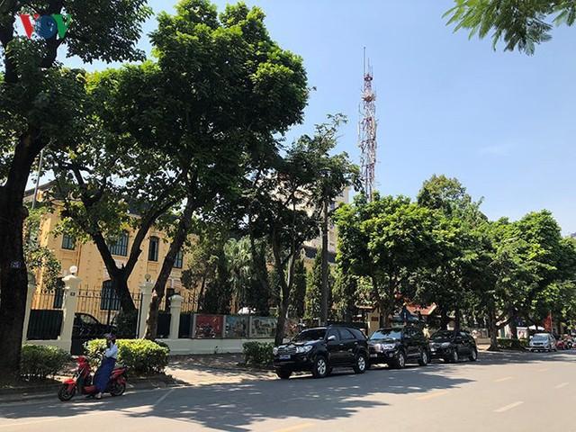 Ảnh: Nhiều trụ sở cơ quan Nhà nước quan trọng ở Hà Nội bị ô tô quây kín - Ảnh 5.