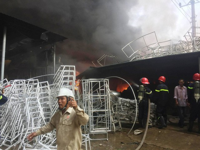 Hàng trăm cảnh sát PCCC đang chiến đấu với bà hỏa cứu xưởng sản xuất mây tre đan - Ảnh 6.