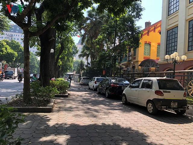 Ảnh: Nhiều trụ sở cơ quan Nhà nước quan trọng ở Hà Nội bị ô tô quây kín - Ảnh 6.