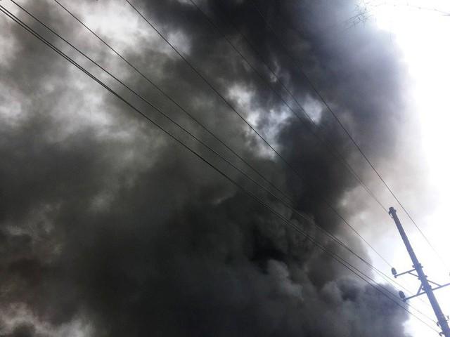 Hàng trăm cảnh sát PCCC đang chiến đấu với bà hỏa cứu xưởng sản xuất mây tre đan - Ảnh 8.