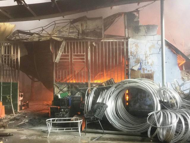 Hàng trăm cảnh sát PCCC đang chiến đấu với bà hỏa cứu xưởng sản xuất mây tre đan - Ảnh 9.